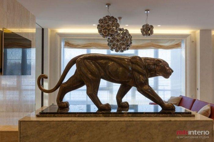 Скульптура пантеры в интерьере квартиры