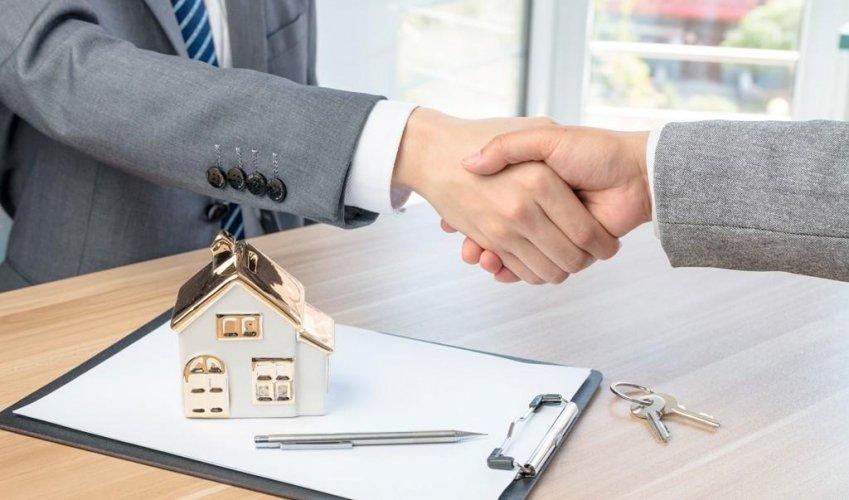Покупка квартиры с помощью риелтора: плюсы и минусы
